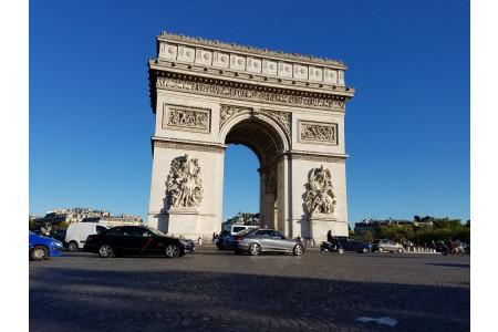 研修旅行では、シャンゼリゼにあるパリ本店へも伺います!